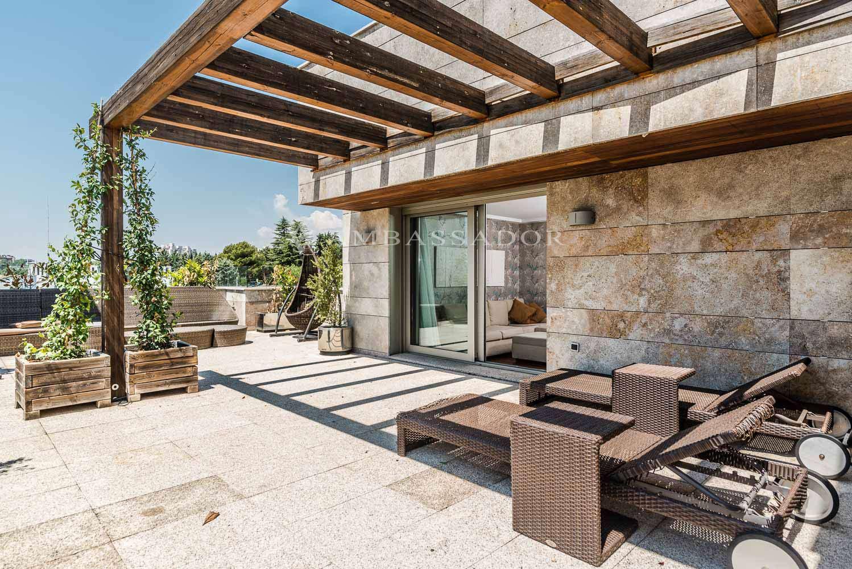 La orientación y vistas de esta terraza se dirigen hacia el  Parque Conde Orgaz, privilegiada y exclusiva panorámica.