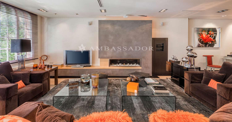 La zona de estar de este salón está diseñada para proporcionar la máxima comodidad, construida teniendo en cuenta detalles como la calidad de los materiales o el sistema de iluminación.