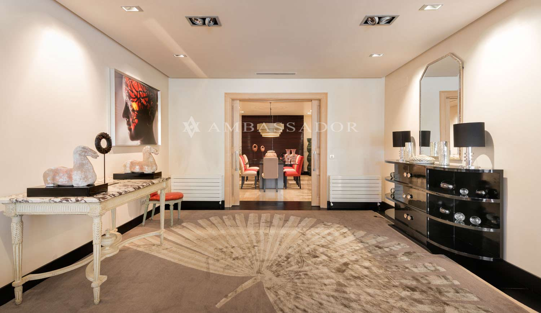 Los espacios son protagonistas en la entrada que da paso a la impresionante zona de comedor.
