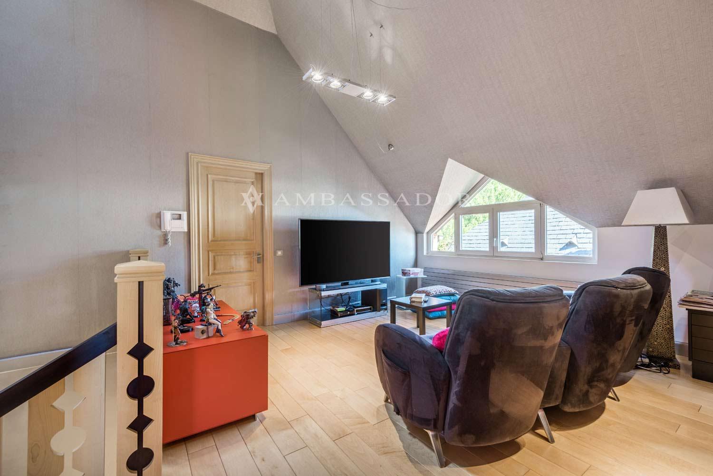 En la planta superior se ubica un ático abuhardillado, que juega con los volúmenes de la propia arquitectura para generar espacios y potenciar la luz que recoge el ventanal.