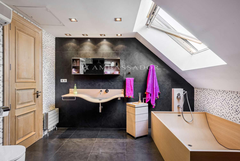 Detalle del baño de la buhardilla, en el que destaca el velux que permite iluminar de manera natural este baño.