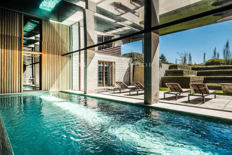 Imagen del gradable porche, jardin y  piscina climatizada de interior.