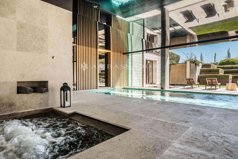 Vista de la piscina interior climatizada con sistema contracorriente.