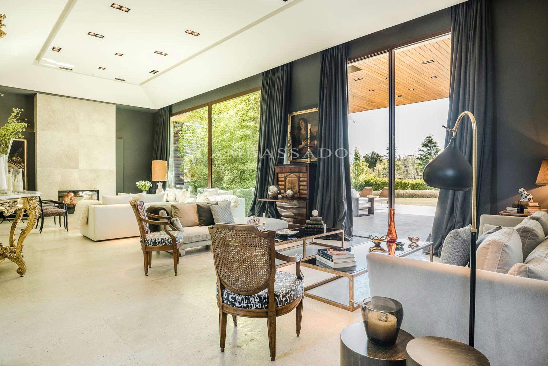 Zona de estar dominada lateralmente por amplias vidrieras que vierten a unas preciosas vistas del jardín.