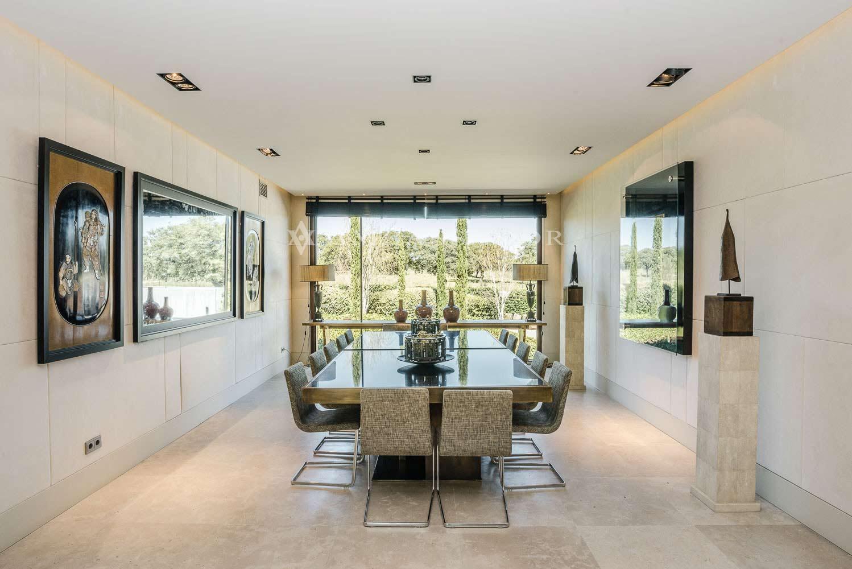 Imagen frontal del comedor. Estancia presidida por un gran ventanal que consigue el efecto de fundir la sala con el exterior.