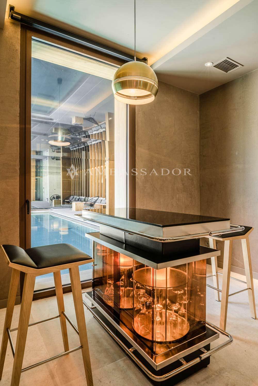 Bodega climatizada con vistas a la piscina de interior.
