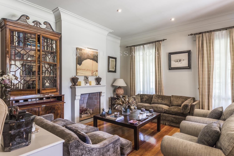 La zona de recibo consta de tres zonas de estar más comedor independiente todas ellas en diferentes alturas que da mucho movimiento a la planta, una de las salas de estar tiene chimenea.