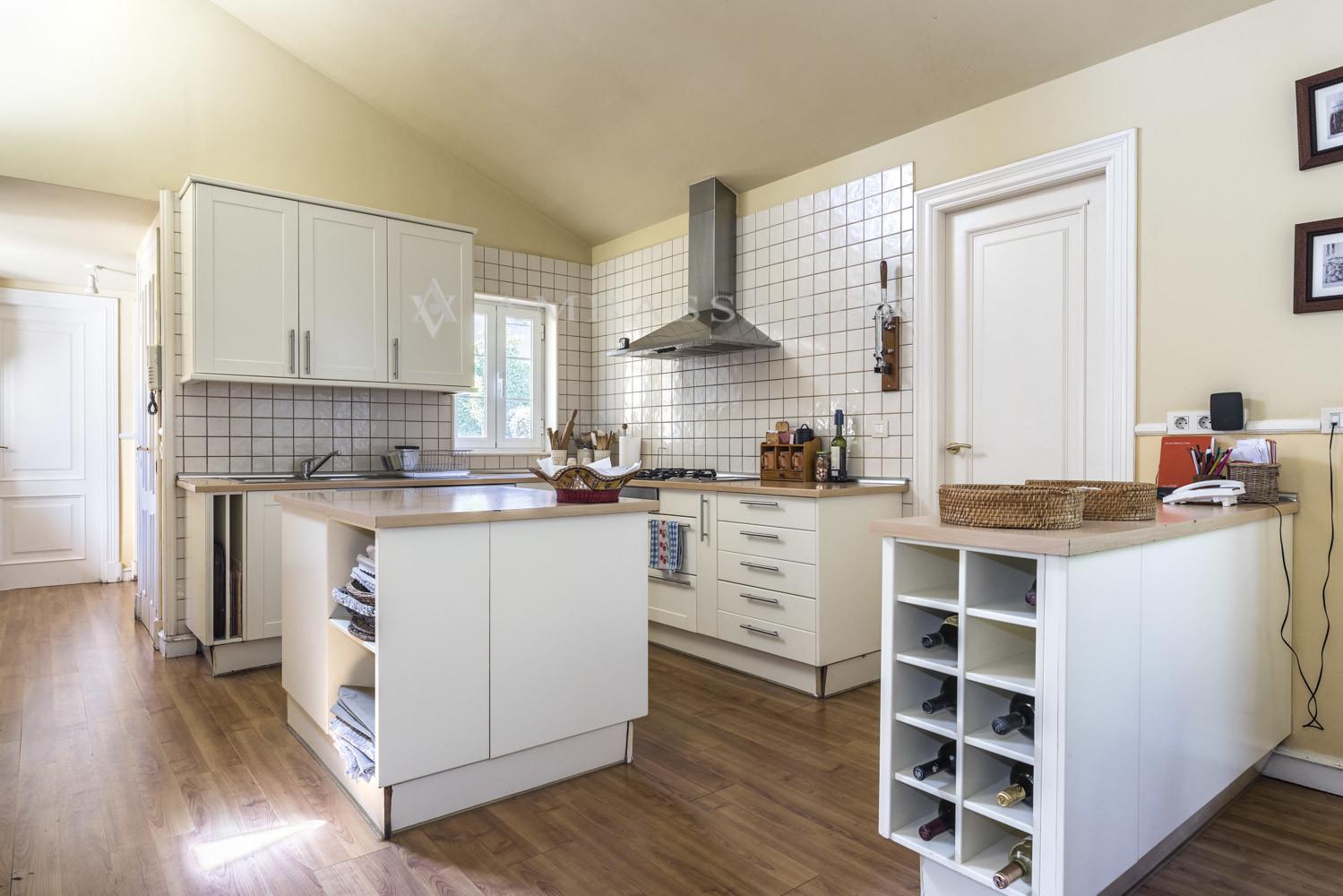 La cocina con zona de office.