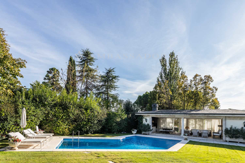 Vista de la reciosa piscina y el agradable porche.