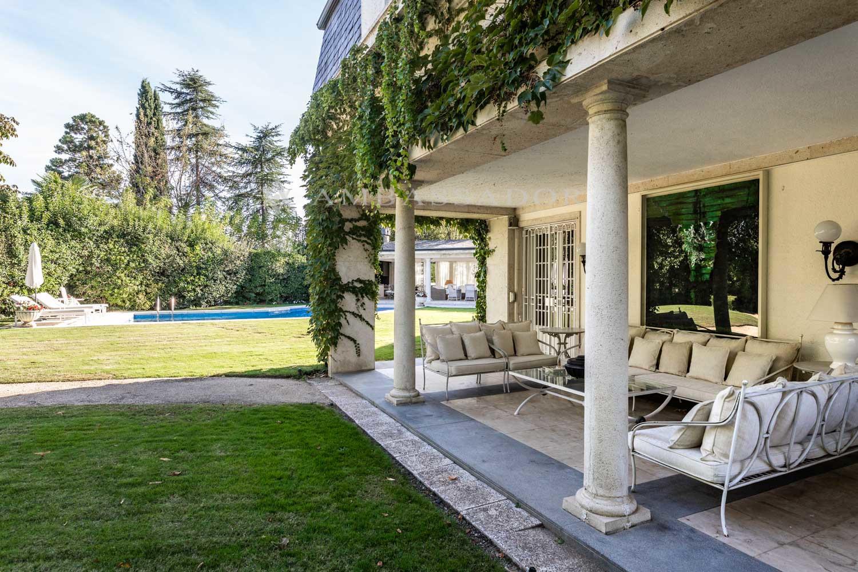 Imagen de otro de los porches de la vivienda.