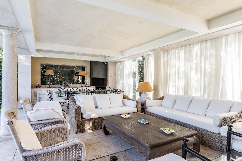 La cocina de verano-invierno se conecta por ventanas correderas a un agradable porche semi-acristalado, el cual dispone de una zona de estar y un comedor.