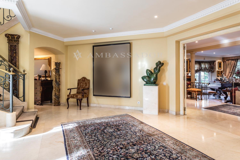Precioso hall de entrada con aseo de cortesía y gran armario gabanero.