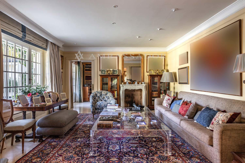 Otro precioso salón también con chimnenea y una sala de estar.