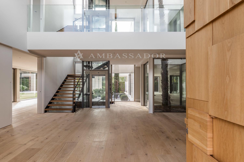 El hall da paso a diversos salones y dispone de ascensor y patio de luz.