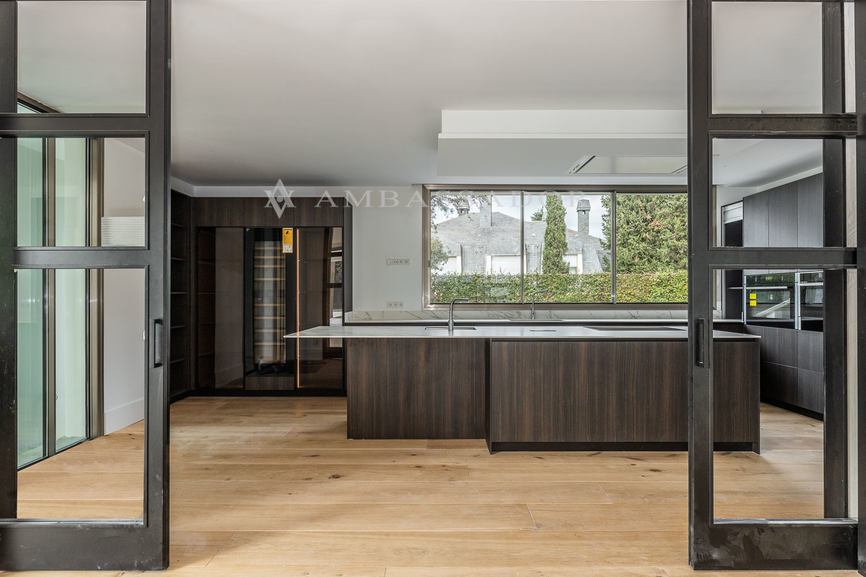 Gran cocina con puertas correderas al comedor.