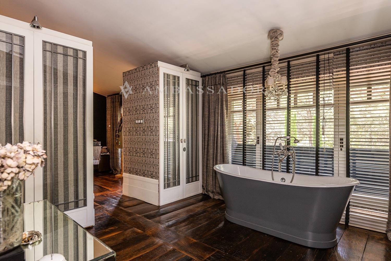 Gran baño de la suite principal.