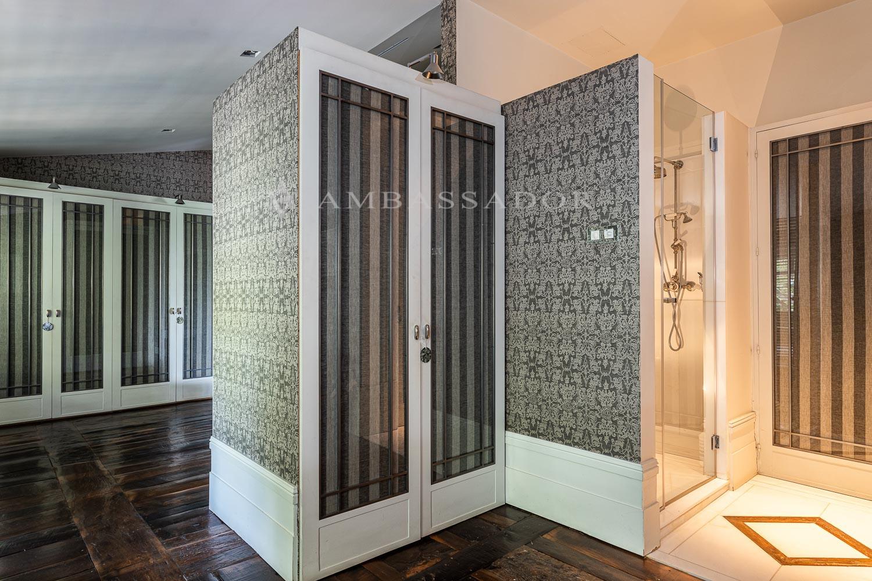 Vestidor y ducha de la suite principal.