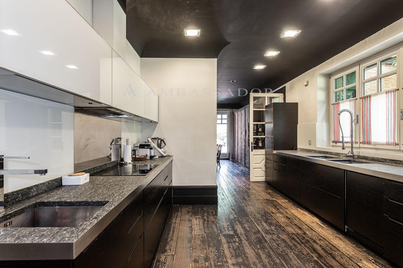 Amplia cocina con office, despensa y cuarto de plancha.