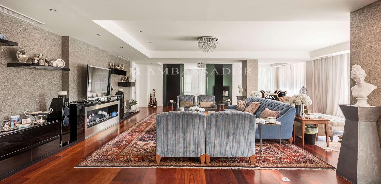 Vista general del salón principal en la que se aprecia la disposición de los elementos, además de la mezcla singular de materiales, que forman por sí mismos la imagen de este salón.