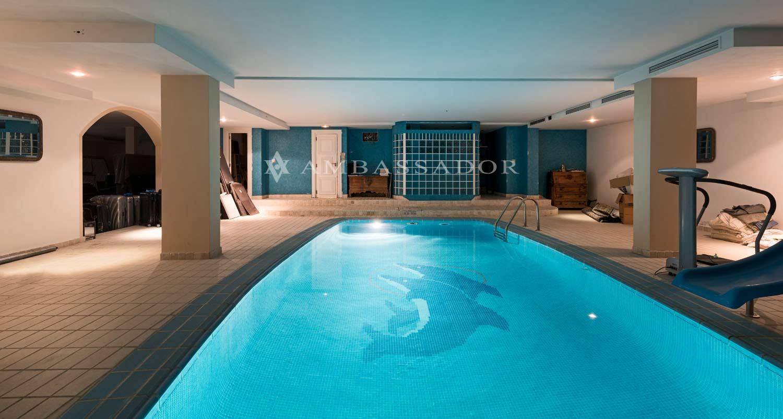 Espectacular piscina interior, que se integran en un espacio que puede ser utilizado como zona de gimnasio y descanso
