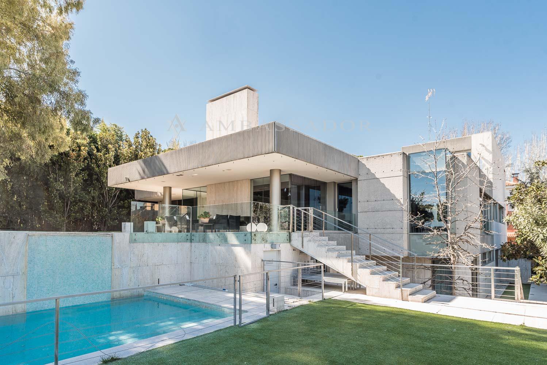 Vista del jardín en dos alturas y piscina en casacada.