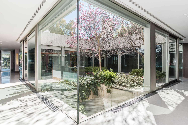 La vivienda gira en torno a un patio-jardín que aporta luz y ventilación natural.