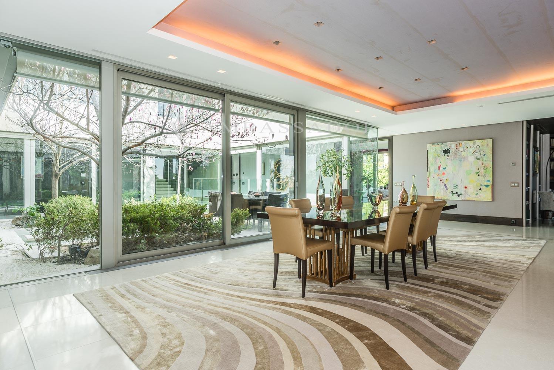 El salón tiene vistgas privilegiadas a jardín y urbanización.l