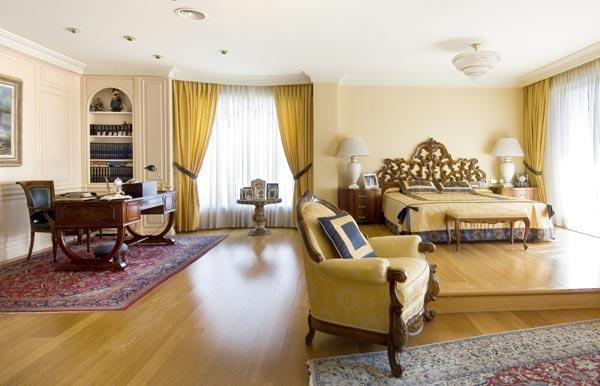 desde el amplio de la primera planta accedemos a la suite principal de m que consta de dormitorio gran bao