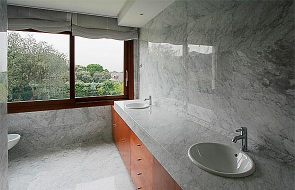 Cuartos de ba o suelo gris for Suelo marmol gris
