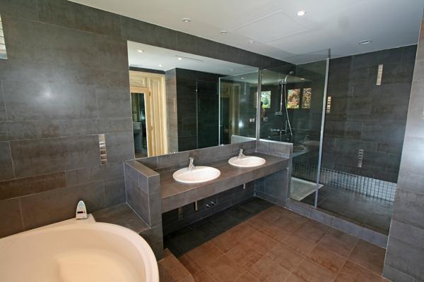 Baños Con Ducha Negra:El cuarto de baño correspondiente también a la suite principal del