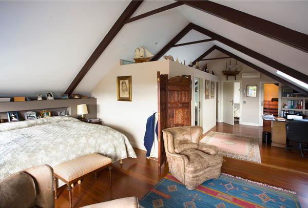 sin duda la joya de la casa es su dormitorio principal ubicado en la buhardilla un acogedor espacio que hace las funciones de dormitorio y