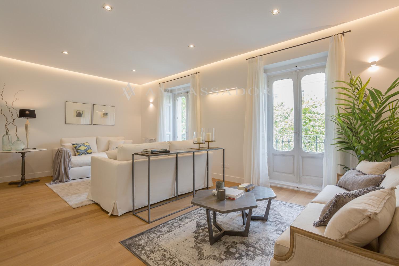 Exclusiva vivienda ubicada en una finca clásica de techos altos.