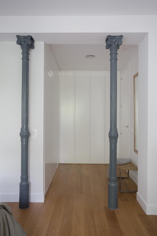 Amplio vestidor del dormitorio principal.