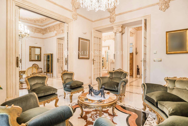 Vista de uno de los salones  con una estética muy homogénea, recargada por los remates de sus techos en molduras esculpidas en relieve y con extensiones en ménsulas muy barrocas