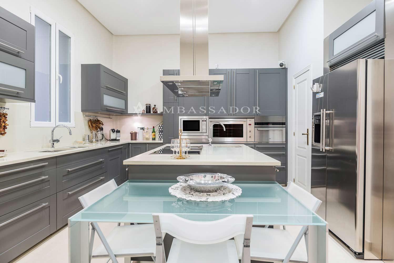 Cocina de diseño con muebles lacados en color gris