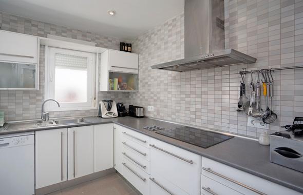 Ambassador real estate for Cocina blanca y suelo gris