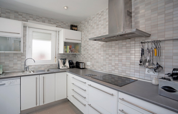 Ambassador real estate for Cocinas gris con blanco
