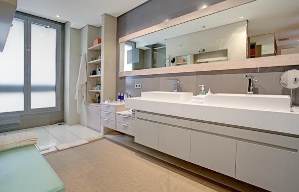 Baño Vestidor Moderno:través del vestidor seaccede al baño principal de líneas modernas