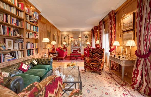 Vista del salón en el cual observamos la fantástica chimenea en madera tallada de origen francés, el salón goza de altos techos decorados con sencillas molduras en escayola.