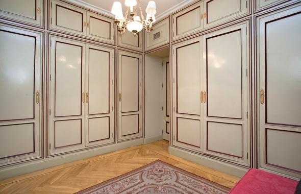El magnífico vestidor de la suite principal con armarios de puertas lacadas y paneladas al estilo neoclásico