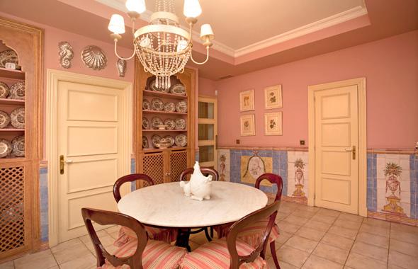 Fantástico office con comedor de diario que precede la alegre cocina con azulejos portugueses