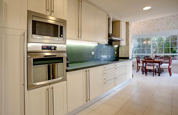 Ambassador real estate - Cocinas color blanco roto ...