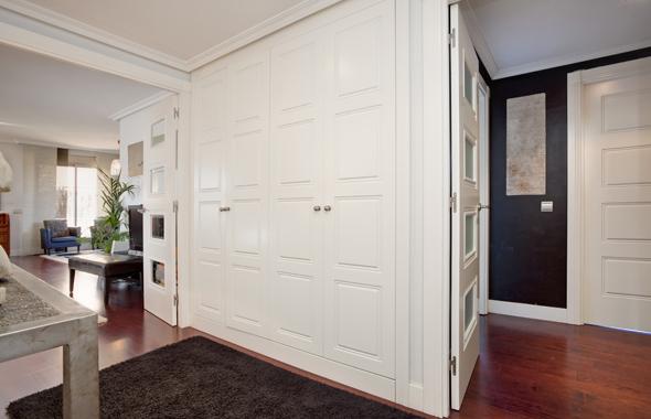Armarios de recibidor armario blanco bajo la ventana en - Recibidor con armario ...