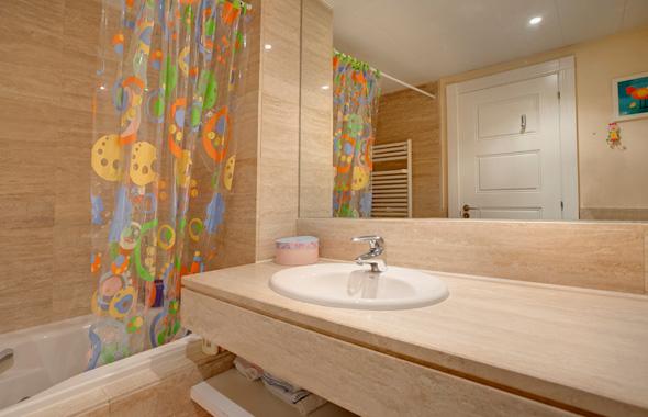 good comparten los dormitorios de familia est revestido en mrmol travertino y cuenta con una encimera del mismo material with baos marmol with baos marmol - Baos De Marmol