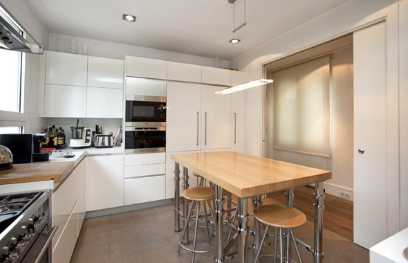 grandes puertas correderas dan acceso a la alegre cocina que est dotada con de ltima generacin encimeras en piedra natural muebles with puertas correderas