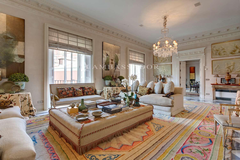 Espléndido salón independiente con abundante luz natural que penetra por un sinfín de amplios balcones