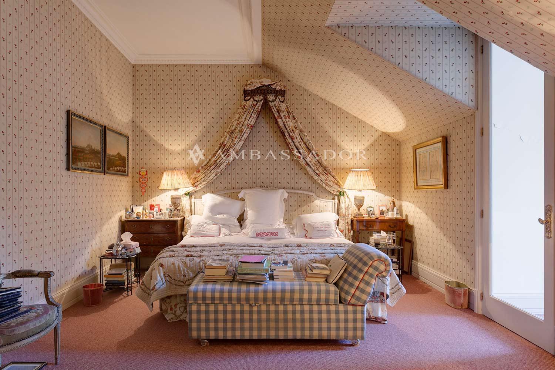 La suite principal se compone de una gran sala diáfana con zona de estar y despacho además de la zona de dormitorio vista en la imagen