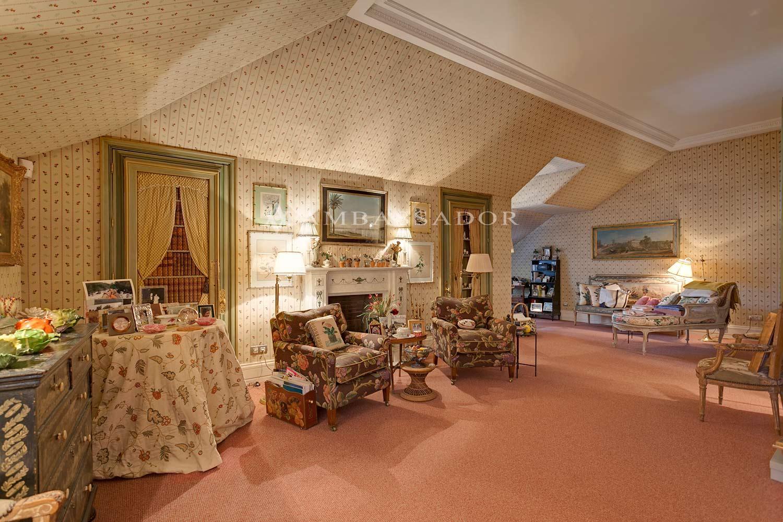 Esta panorámica muestra los encantos de la suite con sus techos ligeramente abuhardillados, el papel pintado en las paredes