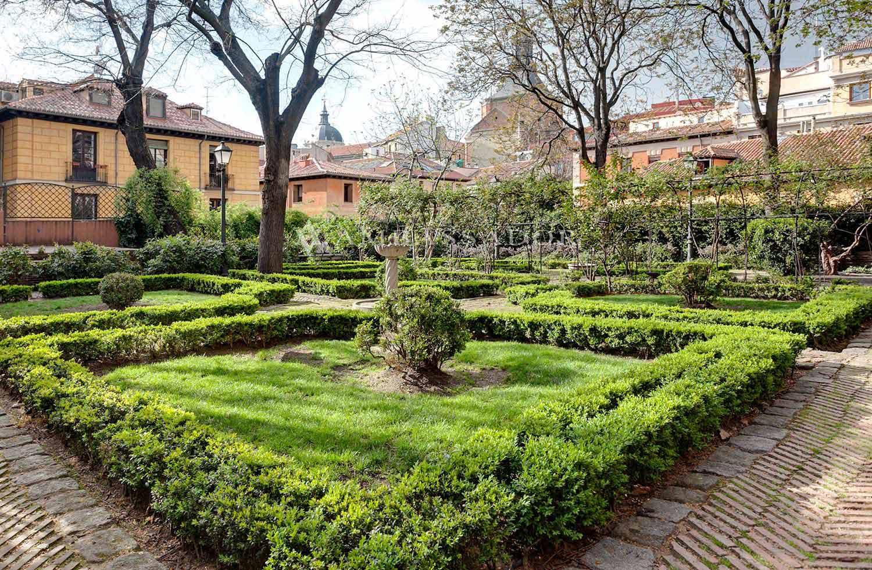 La ubicación privilegiada del Palacio y su jardín, rodeada de edificios históricos hacen de esta vivienda un verdadero sueño donde respirar cultura e historia en cada detalle tanto de su interior como de su exterior
