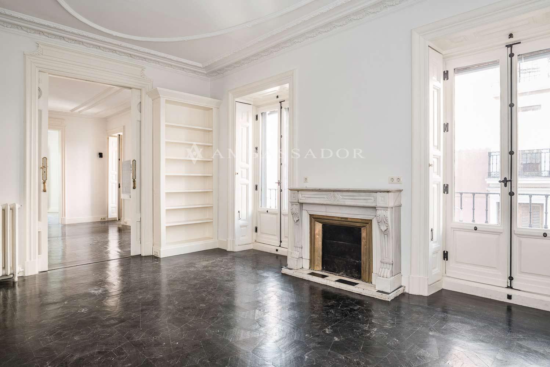 Fantástico salón con dos grandes ventanales que le proporcionan gran luminosidad
